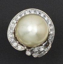 Bague en or gris ornée d'une importante perle...