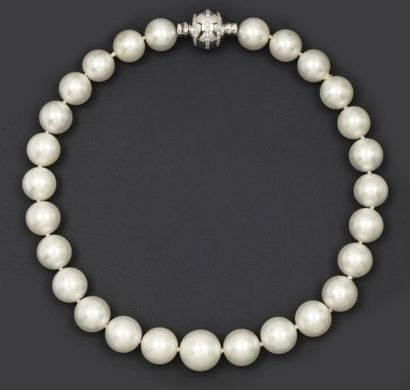Collier de vingt-sept perles de culture des...