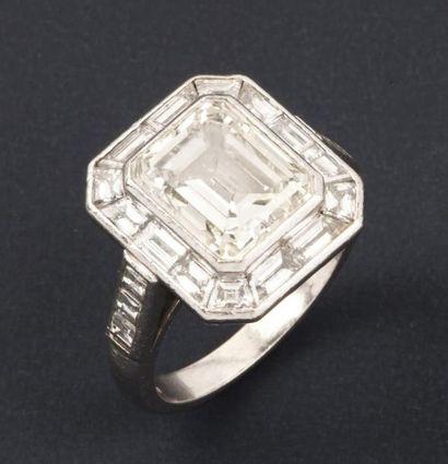 Bague en platine ornée d'un diamant rectangulaire...