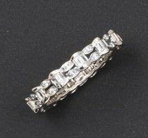 Anneau en or gris à décor ajouré orné diamants...