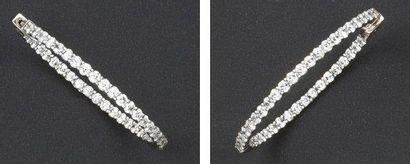 Paire d'anneaux d'oreilles en or gris sertis...