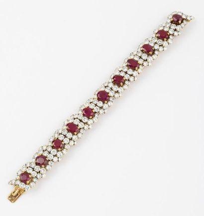 Bracelet en or jaune entièrement serti de...