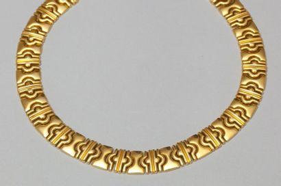 Collier articulé en or jaune à maillons géométriques....