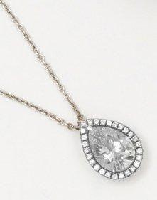 Chaîne et pendentif en or gris orné d'un diamant taillé en poire dans un entourage...