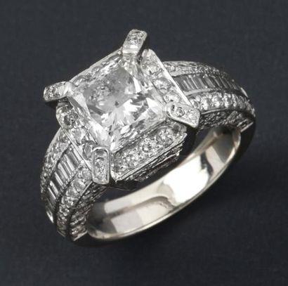Bague en or gris ornée d'un diamant princesse...
