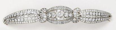 Bracelet «Ruban» en platine et or gris entièrement serti de diamants taillés en...