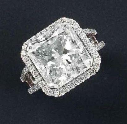 Bague en or gris orné d'un diamant radiant...