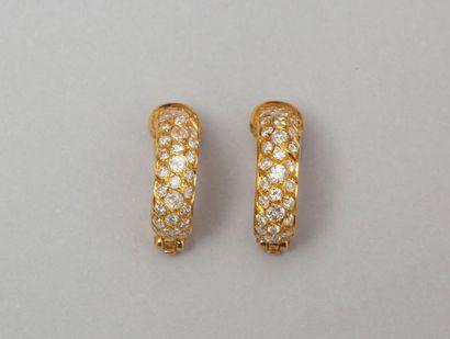 Paire de boucles d'oreilles en or jaune ornées...