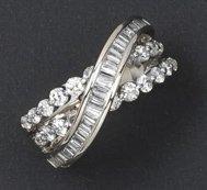 Bague croisée en or gris ornée de diamants...