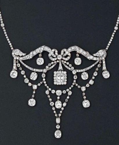 Important collier Draperie en platine et or gris entièrement serti de diamants de...