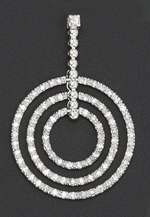 Pendentif composé d'anneaux en or gris serti...