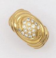 Bague en or jaune godronné ornée de diamants...