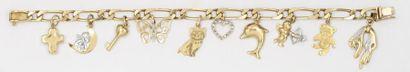 Bracelet gourmette en or jaune orné de breloques...