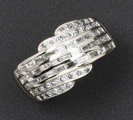 Bague en or gris ornée de lignes de diamants...