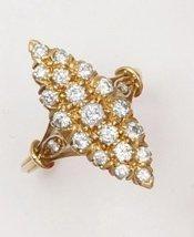 Bague navette en or jaune ornée de diamants...