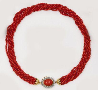 Collier de huit rangs de perles de corail,...