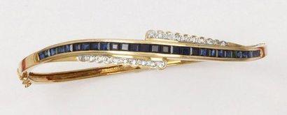 Bracelet jonc ouvrant en or jaune orné d'une...