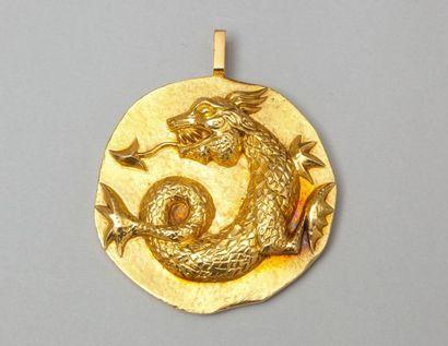 Pendentif en or jaune orné d'un dragon. P....