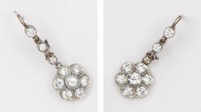 Paire de pendants d'oreilles en or gris ornés...