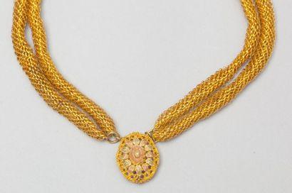 Bracelet de quatre rangs en or jaune tressé...