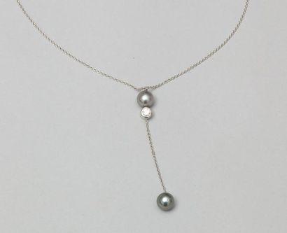 Collier en or gris orné d'un diamant taillé...