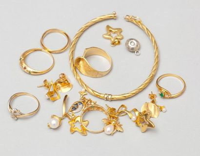 Lot de bijoux en or jaune comprenant: six bagues, un bracelet, trois paires de boucles...