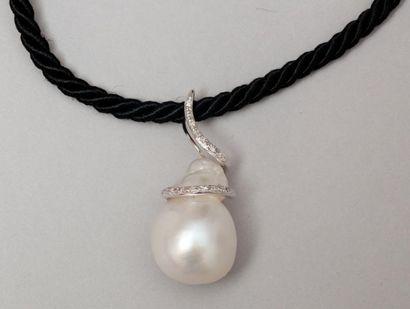 Pendentif en or gris orné d'une perle de culture baroque surmontée de diamants taillés...