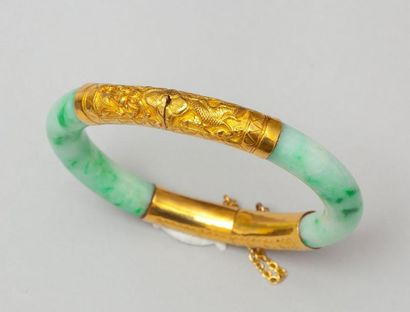 Bracelet en jadéite et or 14k ciselé. P. Brut 53,2g