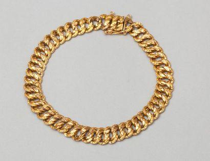 Bracelet en or jaune à maillons entrelacés....