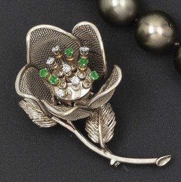 Broche «Fleur» en or gris ajouré ornée de...