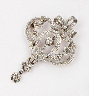 Broche pendentif en or jaune ornée de diamants....