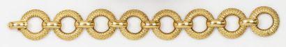 Bracelet à maillons ronds en or jaune guilloché....