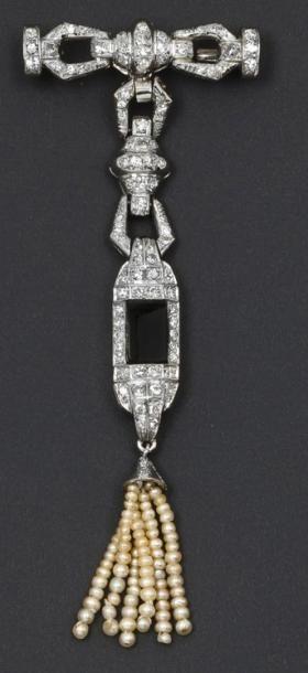 Broche en platine et or gris ornée de diamants...