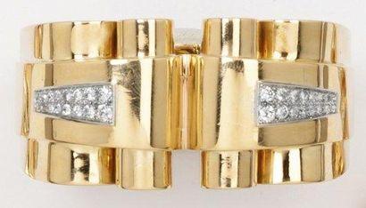 Bracelet rigide ouvrant en or jaune godronné...