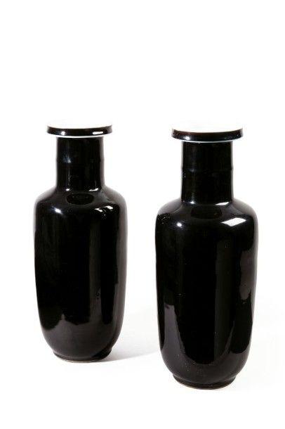 Paire de vases de forme rouleau en porcelaine émaillée noir miroir. Chine, période...