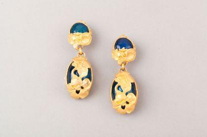Anonyme, L'Or du Soir Lot comprenant deux paires de clips d'oreille, l'une en métal...