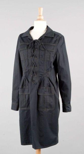 Yves Saint LAURENT Robe en coton noir, reprenant la forme de la saharienne de 1967,...
