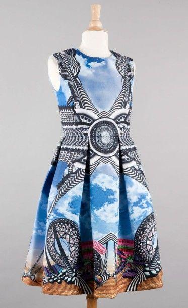 GIVENCHY Robe en soie polyester imprimée de rouages multicolores sur un fond nuageux,...