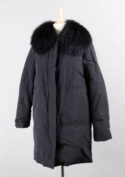 MONCLER Doudoune zippée en nylon soie noir matelassé, col en fine raccoon lustré...