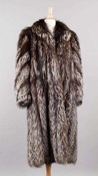 Manteau en Renard argenté du Canada, petit col châle, manches tournantes.