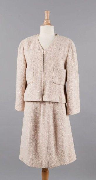 CHANEL circa 2000 Tailleur en coton et viscose rose dragée composé d'une veste à...