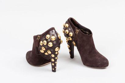 GUCCI Paire de bottines zippées en daim chocolat, talon recouvert et contreforts...