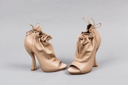 Nina RICCI Paire de bottines peep-toes en cuir agneau beige, coup de pied bourse...