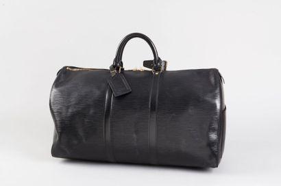 """LOUIS VUITTON Sac """"Keepall"""" 50cm en cuir épi noir, fermeture éclair à doucle curseur,..."""