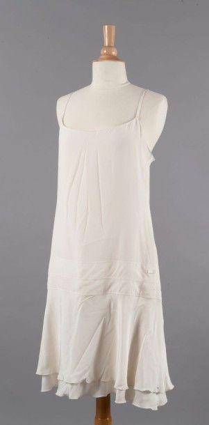 CHANEL Lot composé d'une robe en soie écrue de forme combinaison, petites hanches...