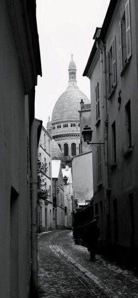 Maurice UTRILLO (1883-1955) Rue Saint-Rustique à Montmartre Huile sur toile, signée...