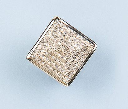Bague pyramide en or gris pavée de diamants....