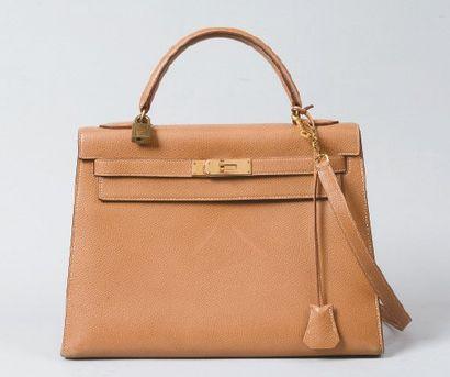 HERMÈS Paris made in France *Sac «Kelly» 32 cm en cuir courchevel beige, fermoir,...