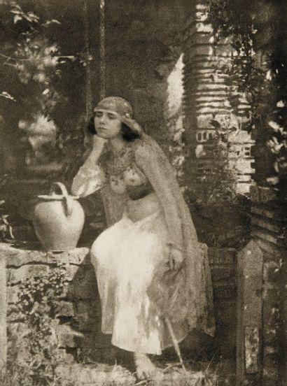 Moyen Orient Femme à la jarre, c. 1900. Gomme bichromatée d'époque. 29,5 x 21,5 cm...