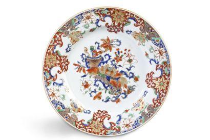 Assiette en porcelaine de commande, à décor...